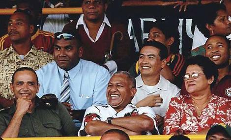 Commodoro Voreqe Bainimarama si rilassa tra la folla